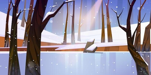 Winterlandschap met bevroren meer in bos, witte sneeuw en bomen.