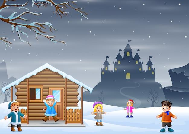 Wintervakantie met kinderen die sneeuw spelen
