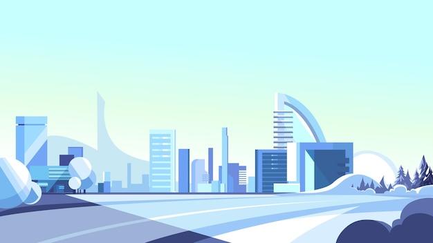 Winterweg die naar de stad leidt. mooie stedelijke scène.