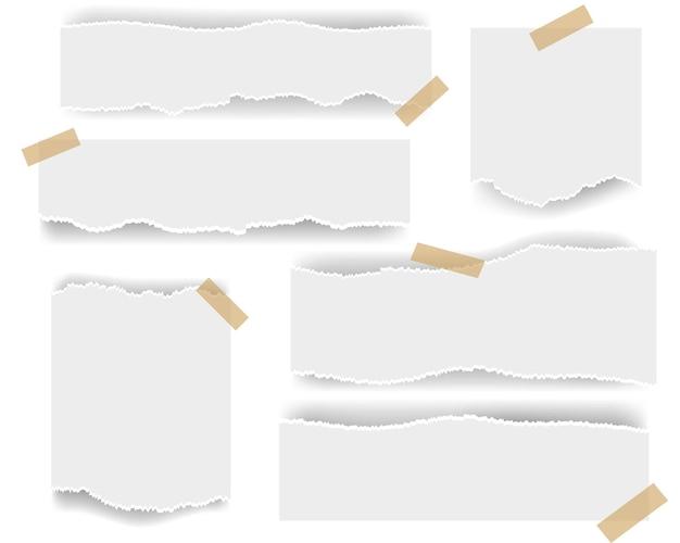 Wit gescheurd papier op wit wordt geïsoleerd