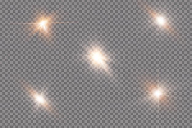 Wit gloeiend licht explodeert op een transparante achtergrond. met straal. transparante stralende zon, felle flits. het centrum van een heldere flits.