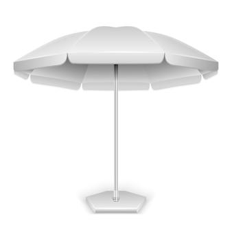 Wit openluchtstrand, tuinparaplu, parasol voor bescherming tegen zon en regen op witte bac wordt geïsoleerd die
