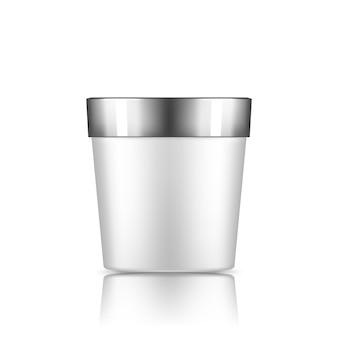 Wit plastic emmermodel dat van achtergrondroomijs of yoghurtcontainer wordt geïsoleerd