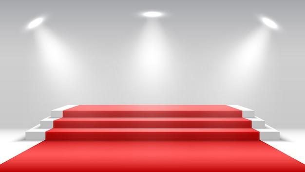 Wit podium met rode loper en schijnwerpers. blanco voetstuk. podium voor prijsuitreiking.