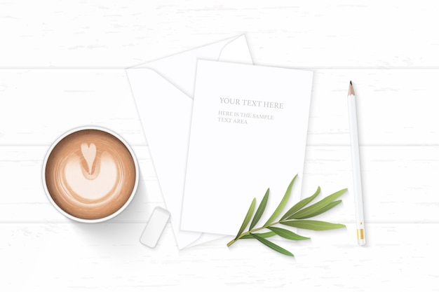 Wit samenstellingspapier met koffie en dragonblad op houten achtergrond