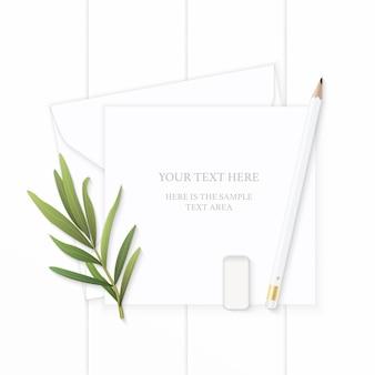 Wit samenstellingspapier met potlood en dragonblad op houten achtergrond