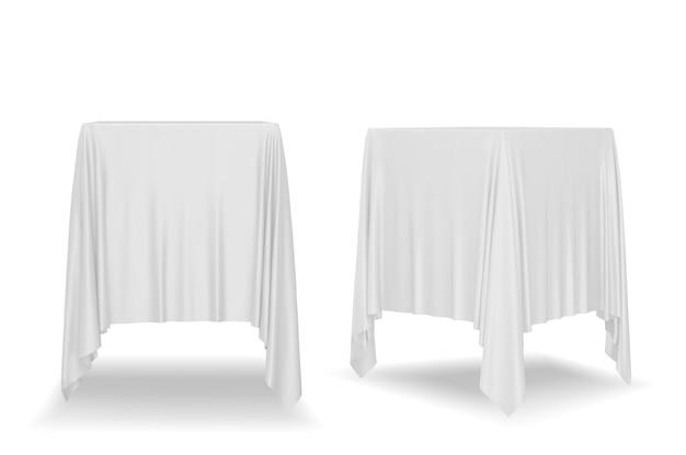 Wit tafelkleed geïsoleerd op een witte achtergrond.