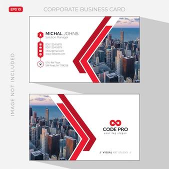Wit visitekaartje met rode details met foto van stad