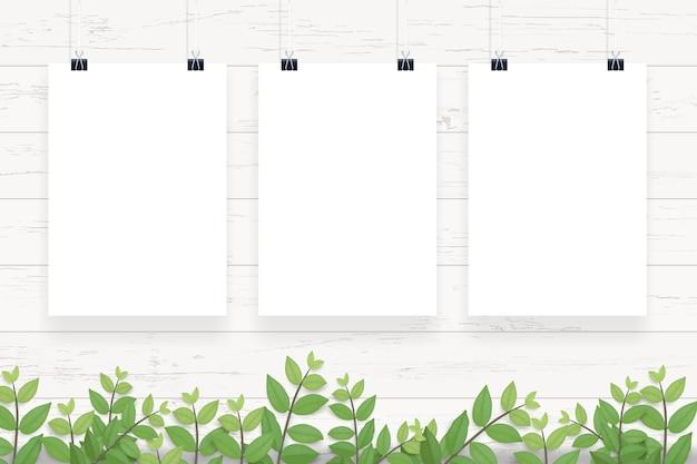Witboekaffiche het hangen op witte houten muurachtergrond.