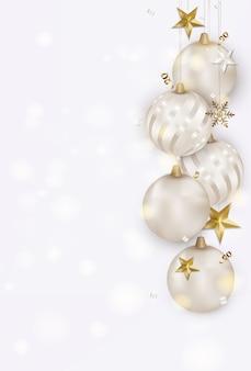 Witte achtergrond met kerstballen, gouden 3d sterren, sneeuwvlokken, serpentijn, bokeh.