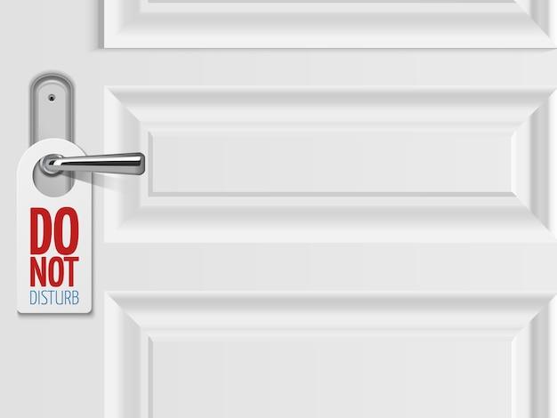 Witte deurachtergrond met metaaldeurhandvat met plastic teken