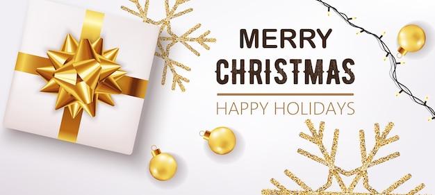 Witte kerstdoos met lint en gouden versieringen