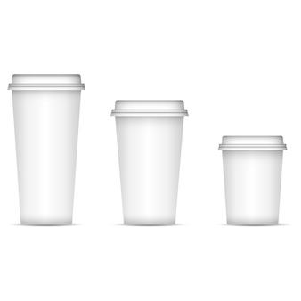 Witte koffiekoppen geplaatst die op achtergrond worden geïsoleerd
