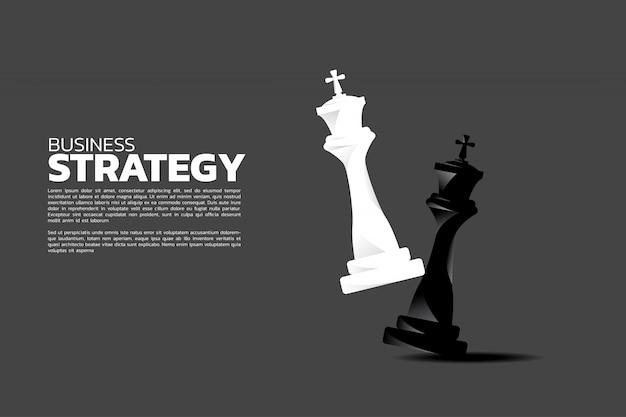 Witte koning neemt een schaakmat op schaakbordspel.