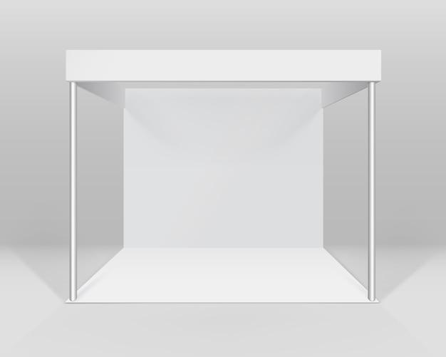 Witte lege indoor vakbeursstand standaardstandaard voor presentatie geïsoleerd