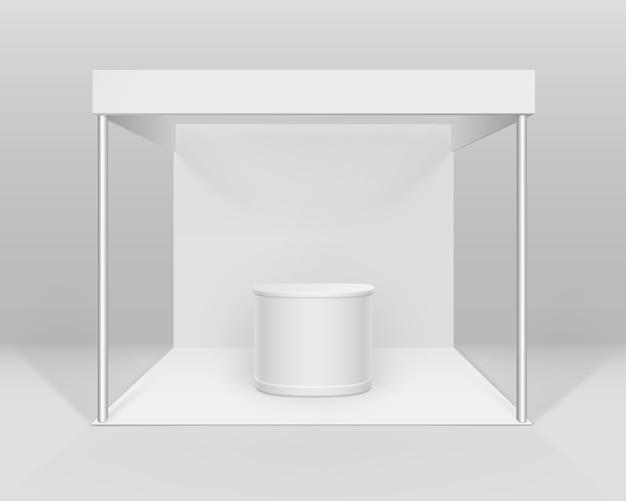 Witte lege indoor vakbeursstandaardstandaard voor presentatie met balie geïsoleerd op achtergrond