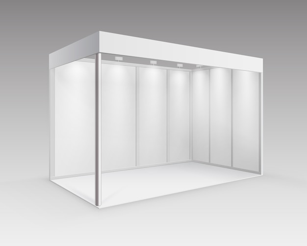 Witte lege indoor vakbeursstandaardstandaard voor presentatie met schijnwerper in perspectief geïsoleerd op achtergrond