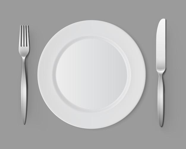 Witte lege ronde plaat met vork mes tabel instelling