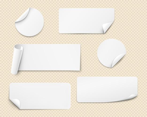 Witte papieren stickers van verschillende vormen met gedraaide hoeken.