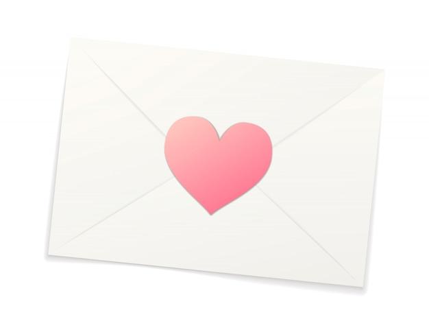 Witte realistische papieren envelop met roze sticker in hartvorm op wit