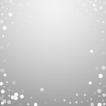 Witte stippen kerstmis achtergrond. subtiele vliegende sneeuwvlokken en sterren op lichtgrijze achtergrond. leuke winter zilveren sneeuwvlok overlay sjabloon. magnetische vectorillustratie.