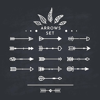 Witte tribale pijl in nieuwe moderne stijl. schoolbord pijlen hand getekende pictogrammen instellen op het zwarte bord.