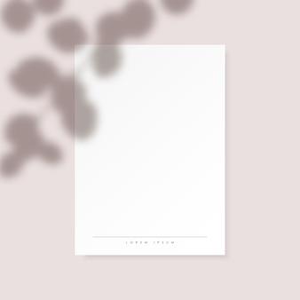 Witte verticale papieren blanco met eucalyptus laat schaduw op pastel roze achtergrond.
