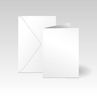 Witte verticale wenskaart en envelop mockup sjabloon op lichte grijze achtergrond met kleurovergang