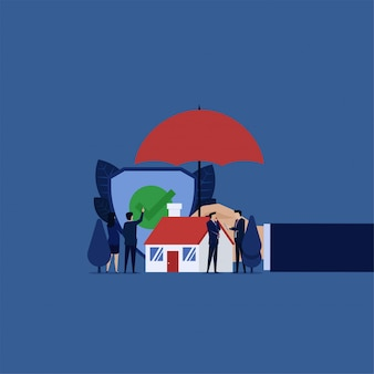 Woningverzekering. zakenman klik guard vinkje veiligheid thuis hand houden paraplu.