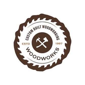 Wood industries bedrijfslogo met het concept van zagen en timmerwerk en klassieke en vintage stijl