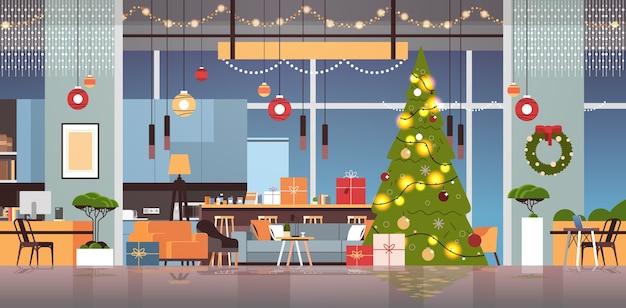Woonkamer met versierde dennenboom en slingers voor nieuwjaar kerstvakantie viering concept interieur horizontale vectorillustratie