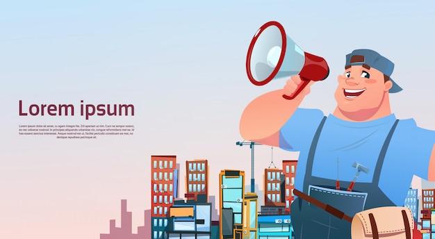 Workman hold megafoon over stad de bouwachtergrond, concept van de hersteller het internationale dag van de arbeid