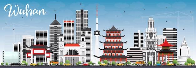 Wuhan skyline met grijs gebouwen en blauwe hemel.