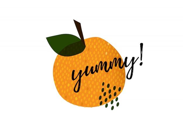 Yum-tekst op fruit. lekker conceptontwerp doodle voor afdrukken. afdrukbare grafische tee. cartoon hand getekend kalligrafie stijl.