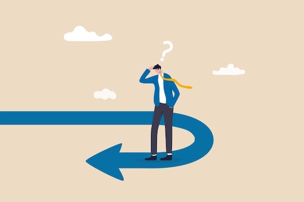 Zakelijk keerpunt, pauzegebeurtenis of van richting veranderen, achteruit, rentevoet of financieel trendveranderingsconcept, gefrustreerde zakenmaninvesteerder die naar zijn pad in omgekeerde richting kijkt.