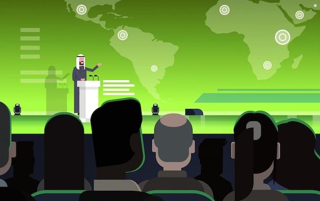 Zakelijke conferentie met arabische zakenman of politicus praten van tribune over wereldkaart arabische spreker op internationale bijeenkomst