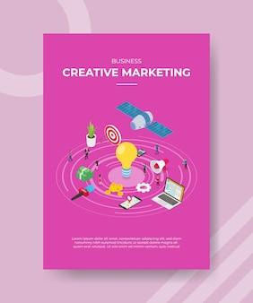 Zakelijke creatieve marketing mensen staan rond gloeilamp geld nieuws microfoon megafoon computersatelliet