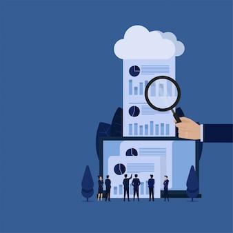 Zakelijke hand hold vergroot en rapport kwam uit cloud metafoor van online audit review.