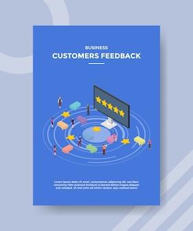 Zakelijke klanten geven mensen feedback die rond het computerscherm staan