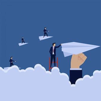Zakelijke klim naar papieren vliegtuig zoals een andere metafoor voor de ontwikkeling van een upgradebedrijf.