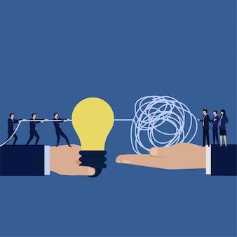 Zakelijke platte hand houden idee en andere houden verwarde string metafoor van probleemoplossing en oplossing.