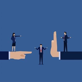 Zakelijke platte vector concept man die tussen twee mensen metafoor van confrontatie en onderhandeling.