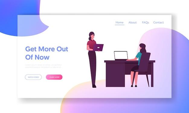 Zakelijke vrouwelijke kantoormedewerkers met bestemmingspaginasjabloon voor laptops.