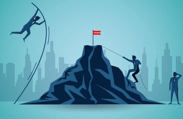 Zakenlieden die concurreren om doel rode vlag op de berg te krijgen