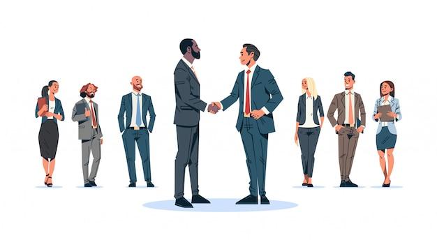 Zakenlieden handdruk overeenkomst concept mix race zakenmannen teamleider handbewegingen internationale samenwerking communicatie stripfiguur geïsoleerd plat volledige lengte horizontaal