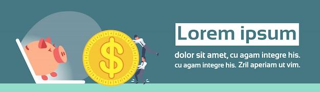 Zakenlieden rollende dollar munt laptop scherm spaarvarken online geld besparingen concept