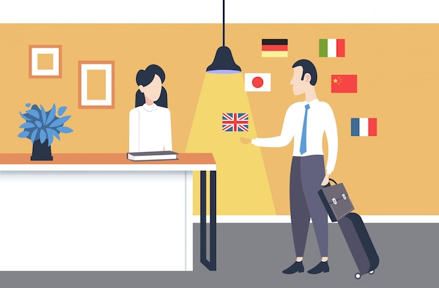 Zakenman aankomen op hotel receptie man met behulp van mobiele app woordenboek of vertaler bespreken met receptioniste mensen verbinding concept verschillende talen vlaggen volledige lengte horizontaal