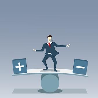 Zakenman balancerend tussen plus en minus risico