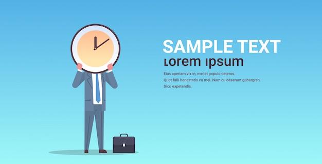 Zakenman bedrijf klok voor gezicht effectieve time management deadline business efficiëntie concept horizontale mannelijke karakter volledige lengte kopie ruimte