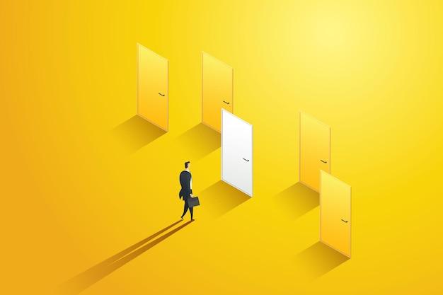 Zakenman besluit over een witte deur tussen de gele deuren